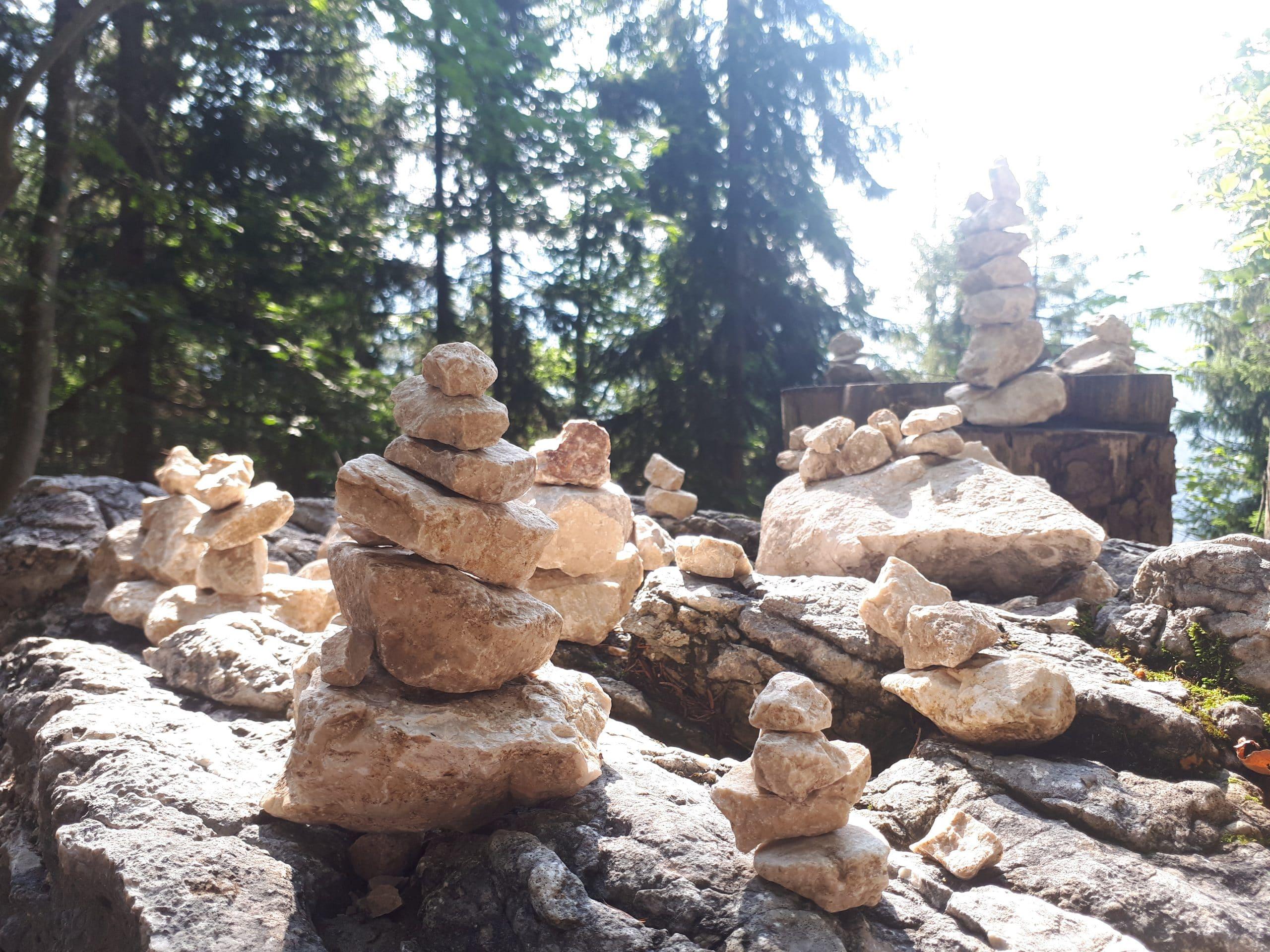 Zweites Bild der Meditativen Wandertage Steine im Gleichgewicht