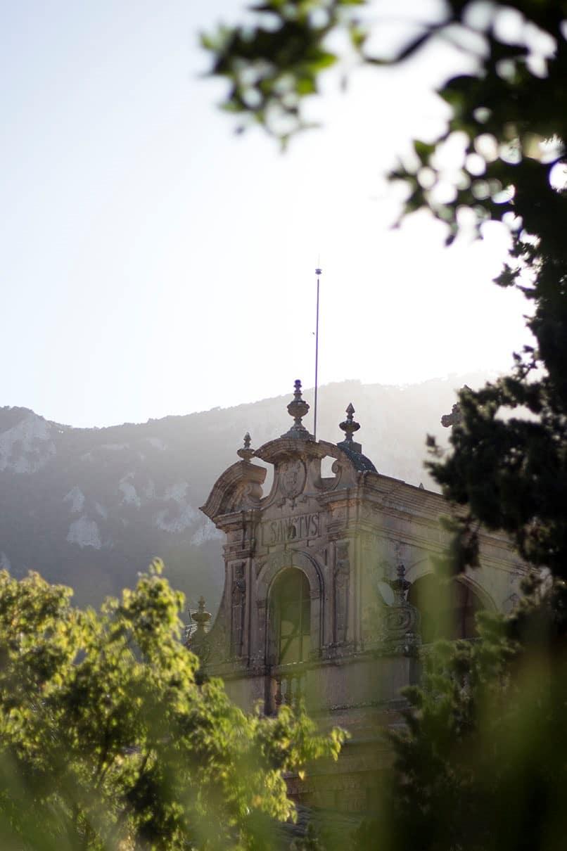 Impression einer Kirche auf Mallorca mit Bergkulisse