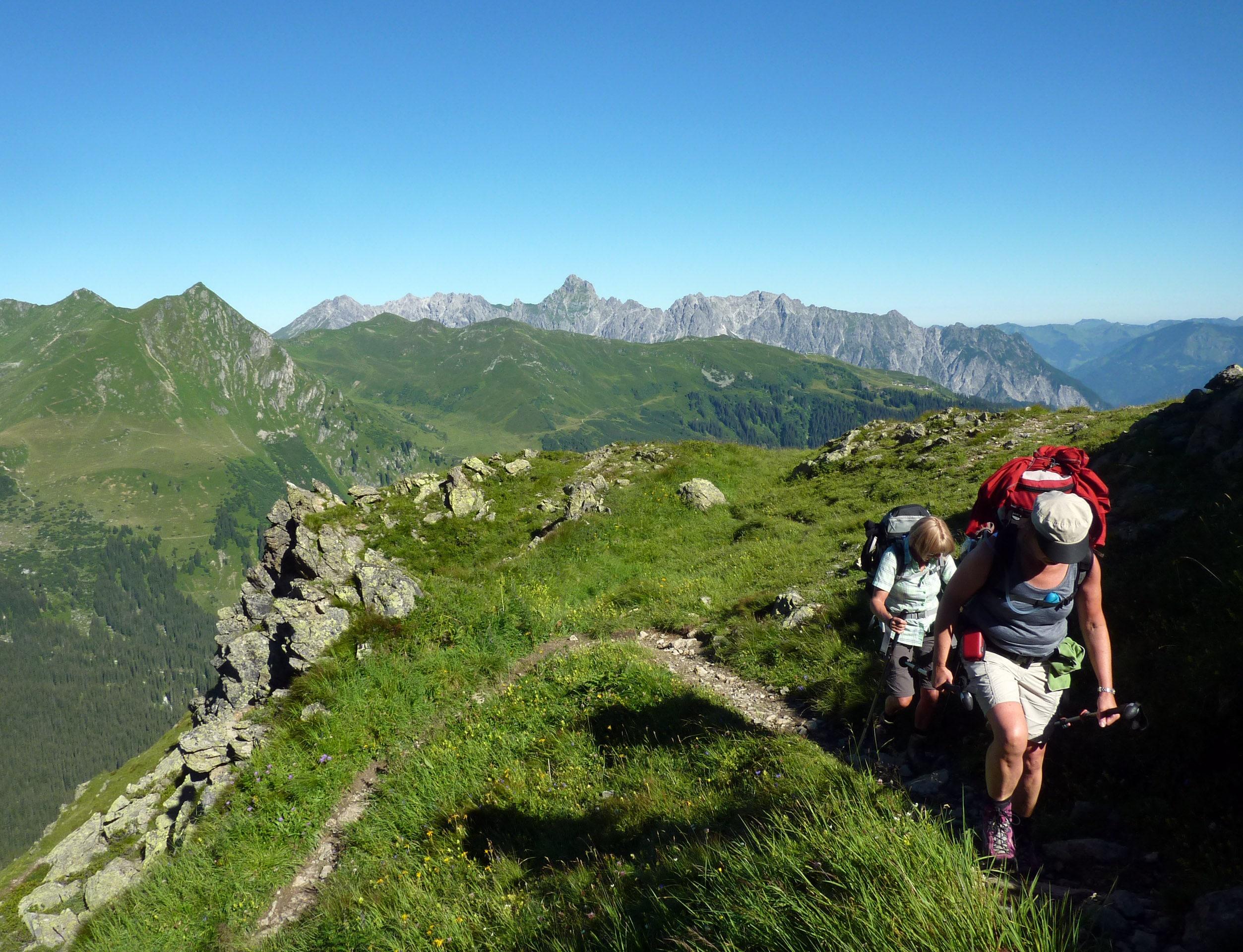 Wandern durch die Berge von Montafon