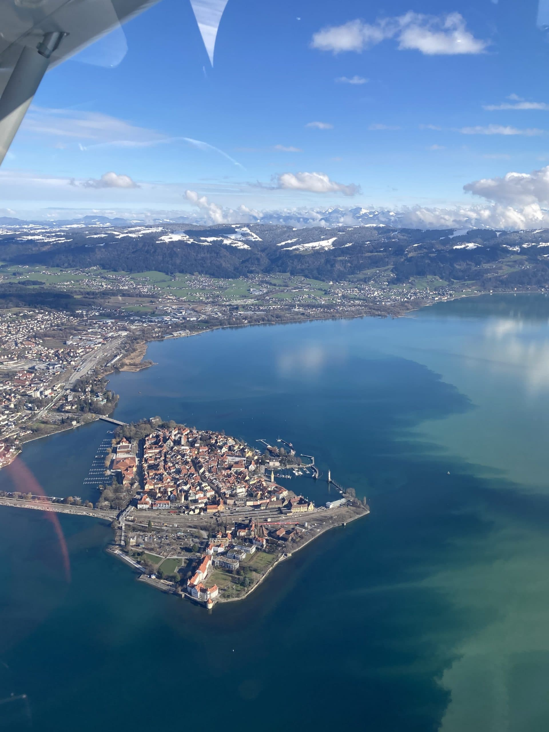 Impresion aus dem Ultraleichtflugzeug mit Blick auf Alpen